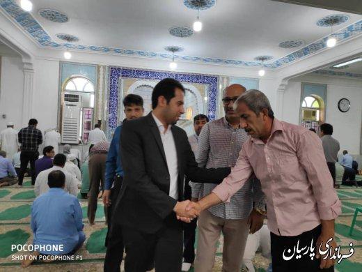 مهندس رضاپور فرماندار پارسیان به اتفاق شهردار دشتی در نماز جمعه این شهر شرکت کردند